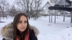 Pamela Maran med Rakvere kyrka i bakgrunden