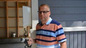 Allan Ahlgren har ett eget laddningsdon i garaget