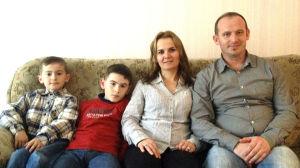Familjen Dinolli är asylsökande i Finland och hoppas på att få stanna i Kaskö. Från vänster Bledion, Eldion, Valbona och Selim.