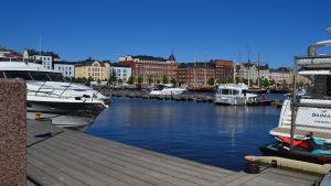 Båthamnen vid Skatudden i Helsingfors. Vid hamnen fins flera stora båtar.