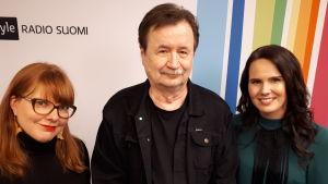 Susanna Vainiola, Jake Nyman ja Anne Mattila seisomassa Radio Suomen tunnuksen edessä