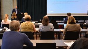 Fredrik Lindström framför en publik under en konferens.
