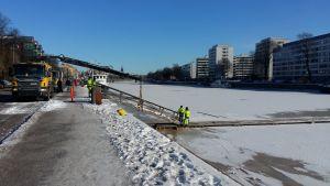 Isbron över Aura å i Åbo sätts ut vintern 2018.