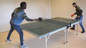 Abdullah Adan Sheik från Somalien och Murtaza Jafari från Afganistan spelar pinpis på Akan i Borgå