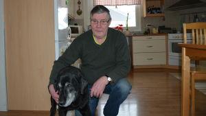 Torsten Lerstrand hemma i Kvevlax tillsammans med retrievern Carmen.