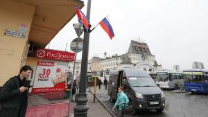 Gator i Vladivostok har inför toppmötet prytts med Rysslands och Nordkoreas flaggor