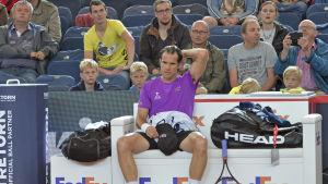 Tommy Haas sitter på en bänk.