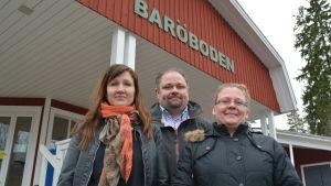 linda hellström-pasanen, petteri pasanen och anne ek utanför butiken i Barösund