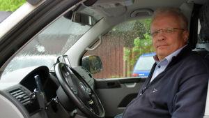 Porträttbild av Matts Malmberg i sin taxibil.