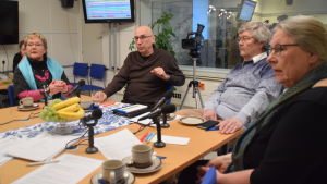 Merja Laaksonen, Åke Holmlund, Heikki Valtavaara och Karin Gottberg-Ek sitter vid ett bord och diskuterar.