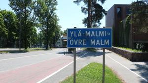 Vägskylt där det står Övre Malm.