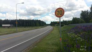 Hastighetsbegränsningen är 70 km/h på Skärgårdsvägen i Ämboda.