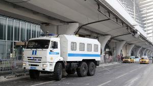 Fängelsebil utanför Vnukovo-flygplatsen i Moskva.