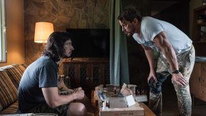 Bröderna Logan i hetsigt samtal.