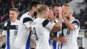 Finländarna firar Fredrik Jensens 1–0-mål.