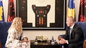 Den Kosovofödda popstjärnan Rita Ora i möte med Kosovos premiärminister Ramush Haradinaj i Pristina.