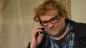 Kurt Fagerström talar i telefonen.