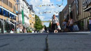 Folk går på gågatan i Åbo en sommardag.