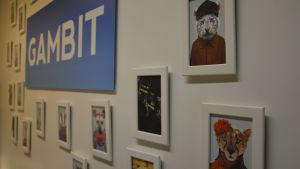 I företaget Gambits aula hänger en vägg med djurporträtt.