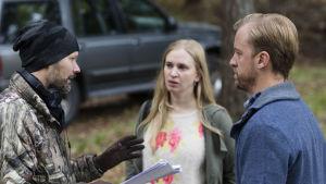 Regissör Felix Herngren instruerar Vera Vitali och Erik Johansson under inspelningarna av Bonusfamiljen.