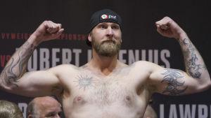 Robert Helenius spänner musklerna.