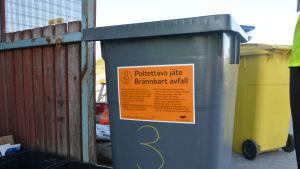 I avfallskärlet för brännbara sopor ska ingen metall.