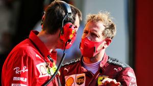 Sebastian Vettel diskuterar.