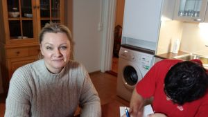 Päivi Storgård undervisar asylsökande i Strömfors.