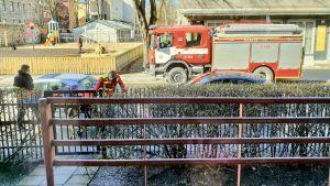 En äldre dam förs bort med ambulans i samband med ett sjukdomsfall i början av coronaepidemin i Tallinn.