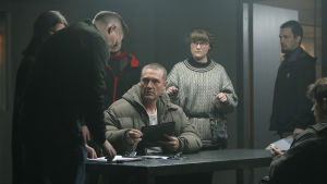 Sorjonen-sarjan kohtausta valmistellaan. Ville Virtanen istuu toppatakissa kuvaustiimin ympäröimänä.
