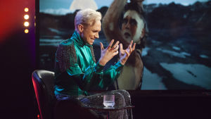 Chrsitoffer Strandberg lyssnar på Islands kontroversiella Eurovisionsbidrag