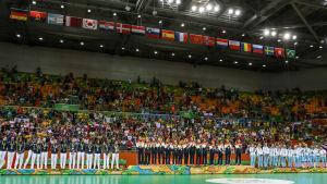 Rysslands, Frankrikes och Norges damlandslag i handboll firar sina medaljer i OS i Rio de Janeiro.