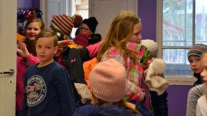 Skolelever hänger upp rockarna i Kråkö skola
