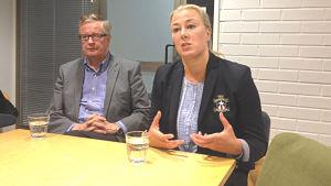 Stadsdirektör Antti Isotalus och fullmäktigeordförande Jutta Urpilainen (SDP) i Karleby.