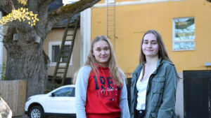 Gymnasieeleverna Amanda Salin och Anna Ring.