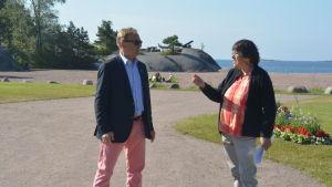 Stadsdirektör Denis Strandell diskuterar med Astrid Lindström från Hangö miljöförening.