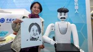 Nainen esittelee robotin valmistamaa muotokuvaa