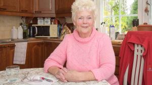 Solveig Shields sitter vid köksbordet i sitt hem.