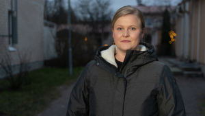 Kvinnlig forskare i mörk vinterjacka utomhus