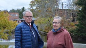 Svartåborna Göran Lindholm och Kerstin Ilander med kraftverket och SBA Interior i bakgrunden.