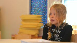 Edith Sevon, 6 år, vid bord på Solbacka daghem i Karis.