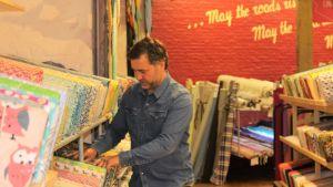 Företagaren Guy Francois inventerar tyger i sin affär i Bryssel.