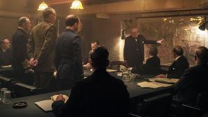 Winston Churchill (Gary Oldman) står och pekar på en kart och förklarar för krigskabinettet.