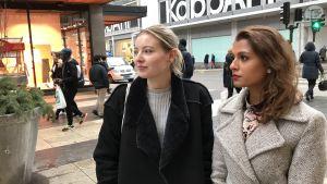 Lovisa Ingles och Samra Qazi på Drottninggatan i Stockholm.