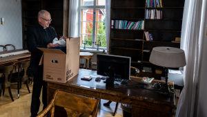 Bo-Göran Åstrand vid en flyttlåda.