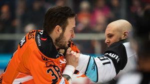 Miro Karjalainen slåss med Taavi Vartiainen.