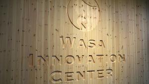 Wasa Innovation Center, logotyp infälld i trä.