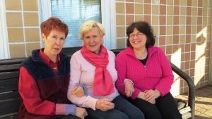 tre vänner på en bänk