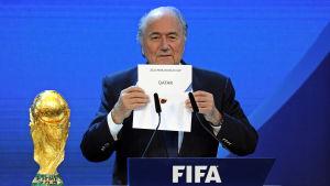 Sepp Blatter i december 2010, då beslutet fattades.