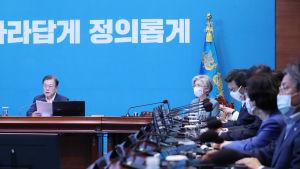 """Sydkoreas president Moon Jae-In höll krismöte med regeringen efter att Nordkorea stängde den så kallade """"heta linjen"""" mellan länderna."""